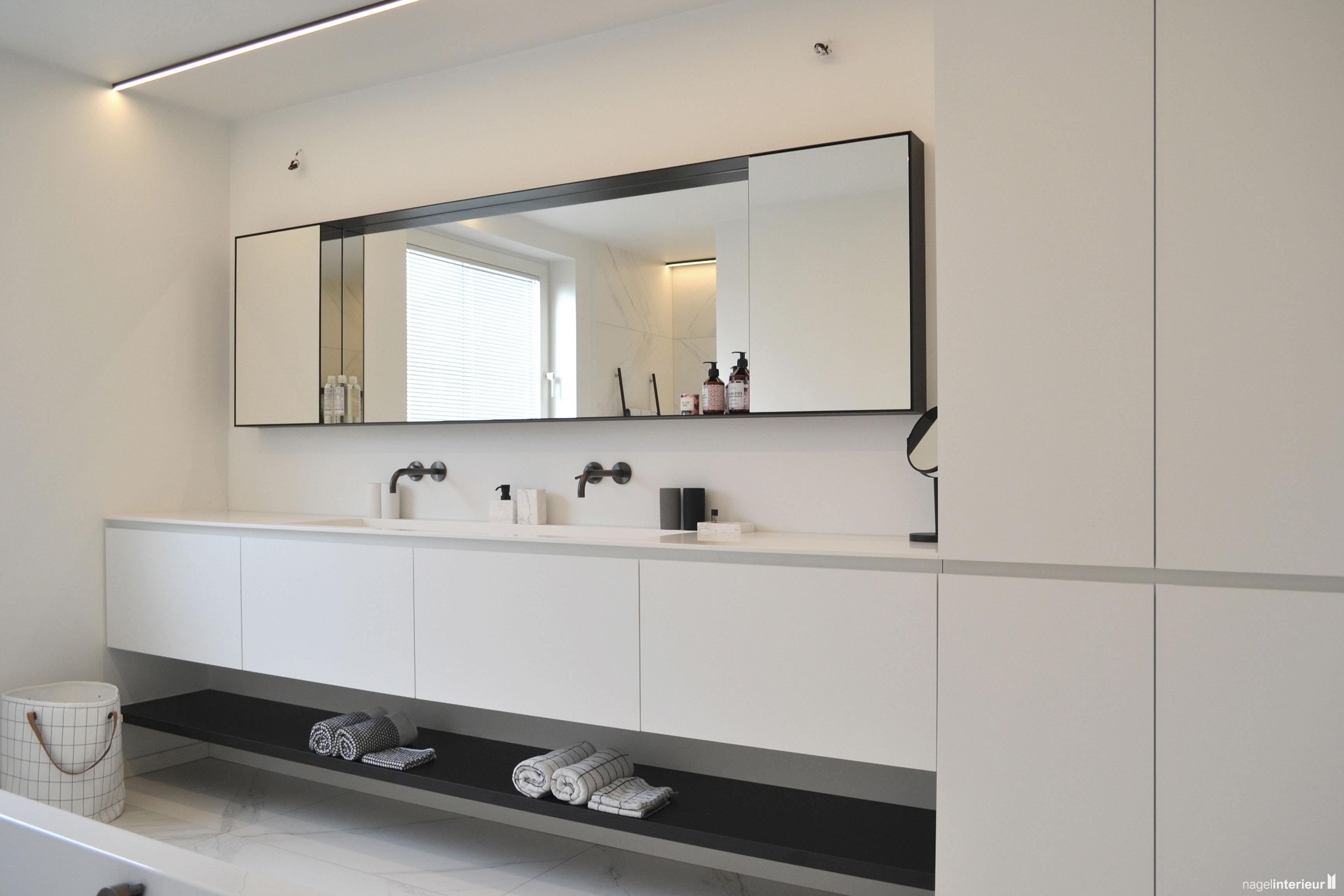 Badkamer meubel in laminaat afgewerkt met een corian spoeltafel