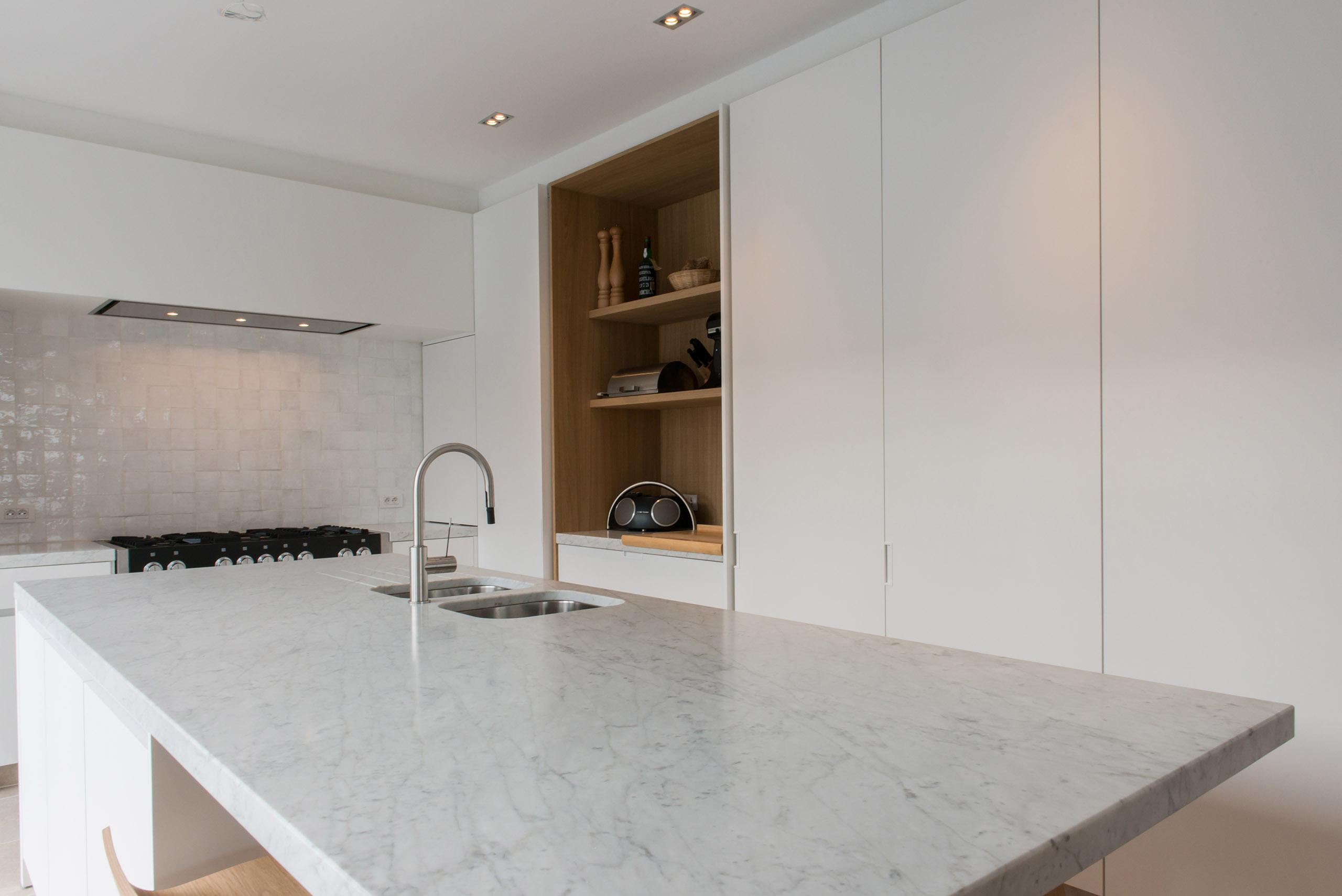 Strakke Witte Keuken In Oisterwijk : Tijdloze strakke keuken met ...