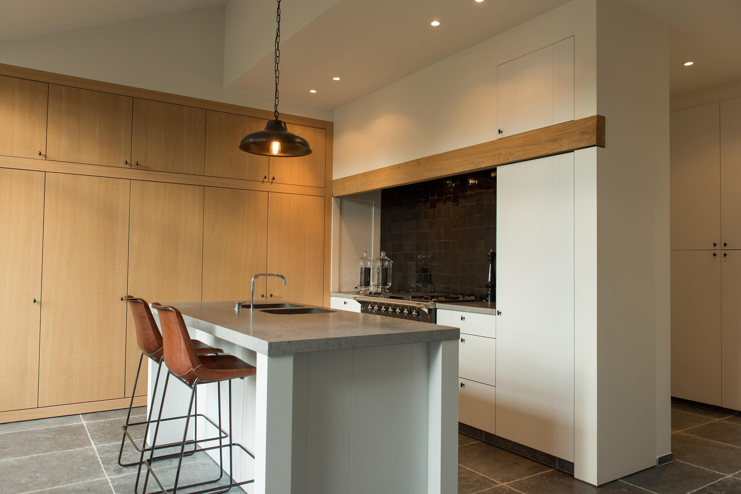 Keuken Blauwe Steen : Landelijke keuken met strakke lijnen. Combinatie werkblad in blauwe
