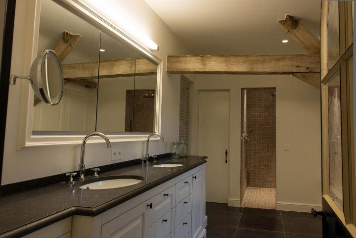 Landelijke badkamer met tablet in natuursteen
