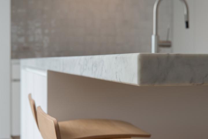 Detail keukentablet witte carrara 5cm massief.