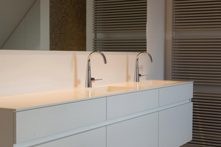 Sober badkamermeubel met tablet en lavabo's uitgewerkt in Corian