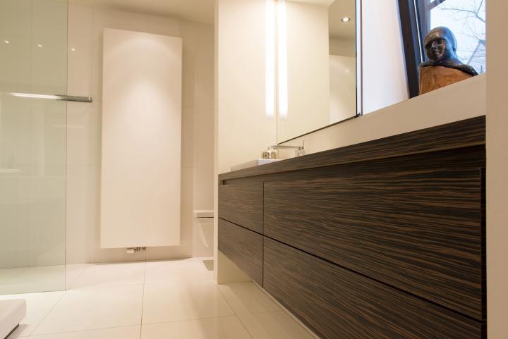 Strak badkamermeubel met greeploze lades